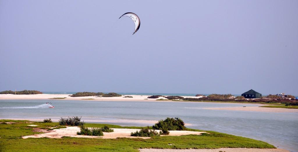 Perfekte Flachwasserbedingungen vor dem Kiecamp in Bar al Hickman während einses Pioneer Trips mit Kiteboarding Oman