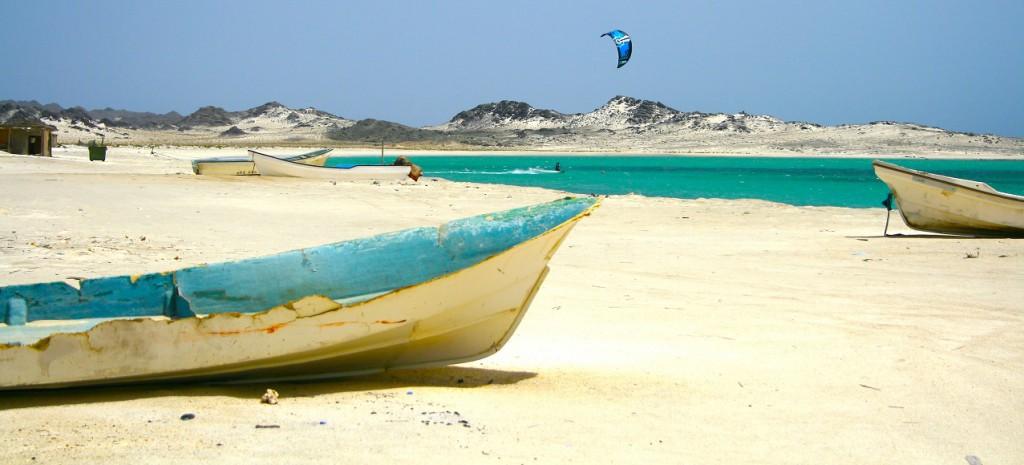 Kitebarding / Kitesurfing in front of the breathtaking scenery of Gshar-Sheikh on Maisrah Island