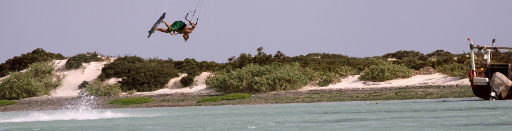 Julian Hosp is showing an Airpass in Bar al Hickman during a Pioneer Trip with Kiteboarding-Oman