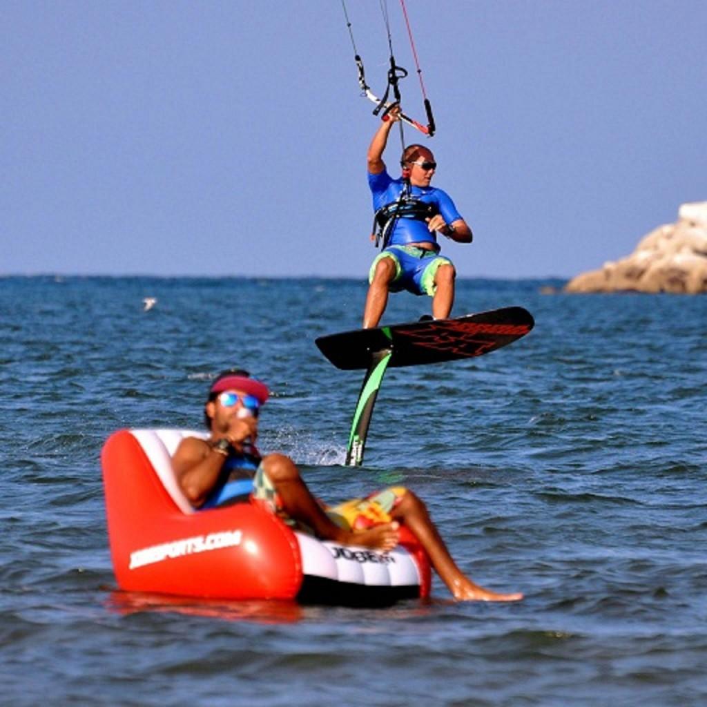 Eine Herausforderung bei Leichtwind. Schon ab 6 knoten bist du mit dem Hydrofoil oder Race Board unterwegs - auch hier im Oman.