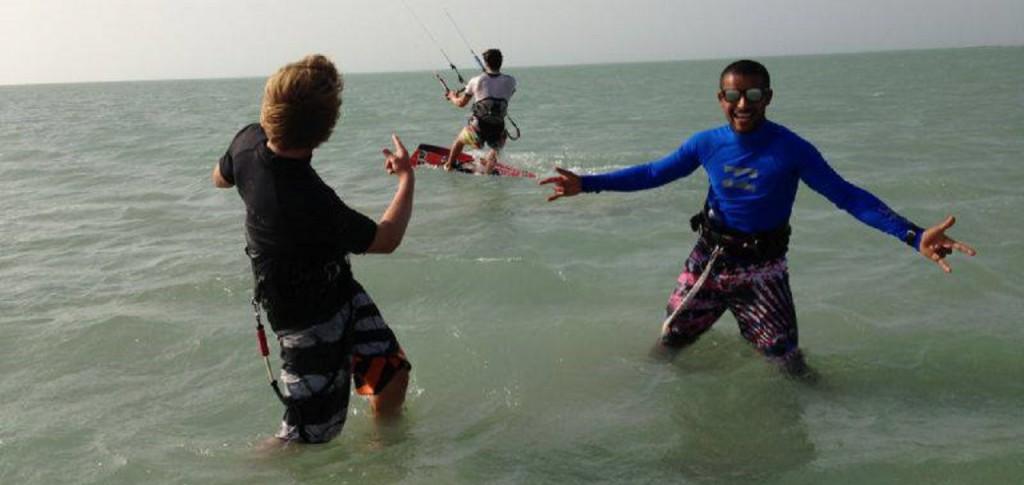 Spaß bei der Arbeit - unserer Kitelehrer feiern die ersen Meter eines Schülers auf seinem Board